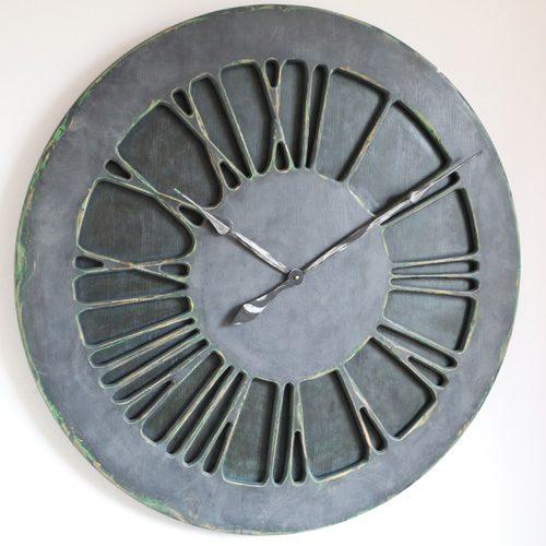 Zegar ścienny w kolorze dżinsu z cyframi rzymskimi