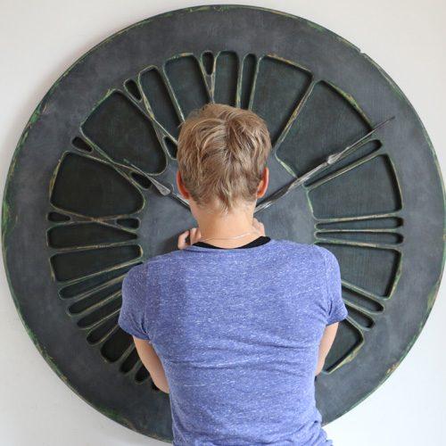 Zegar ścienny w kolorze denim, w perspektywie