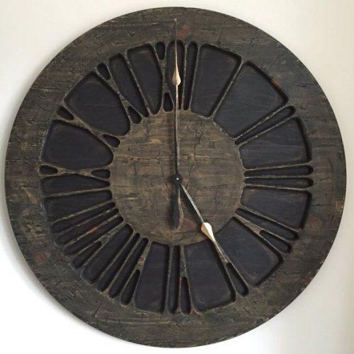 Niepowtarzalny duży zegar ścienny w stylu średniowiecznym z cyframi rzymskimi