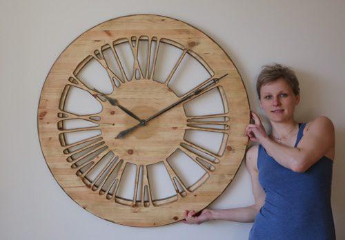 Natürliche, von Hand gefertigte große Wanduhr aus Holz - 100 cm