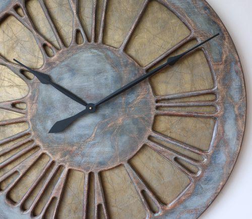 Die atemberaubendste handgefertigte und handbemalte überdimensionale Wanduhr aus Holz mit großen römischen Ziffern.