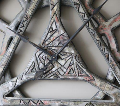 Extragroße geometrische handbemalte Wanduhr im Shabby Chic - Detail