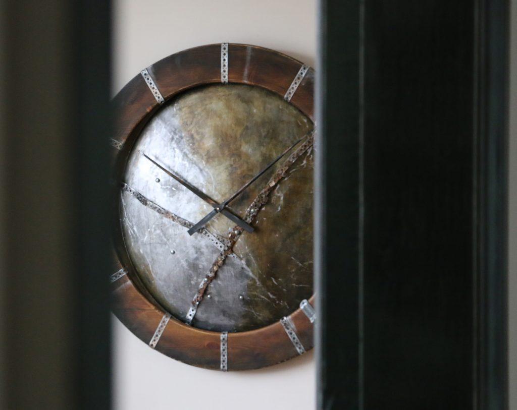 Duży, metalowy, artystyczny zegar industrialny z drewnianą ramą