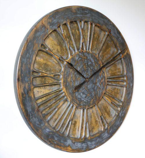drewniany zegar ozdobny na ścianę z lewej strony