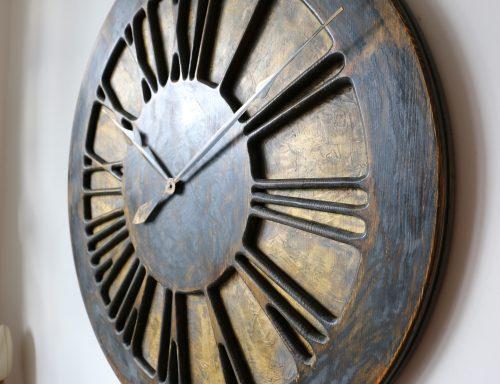 Duży zegar ozdobny na ścianę z cyframi rzymskimi