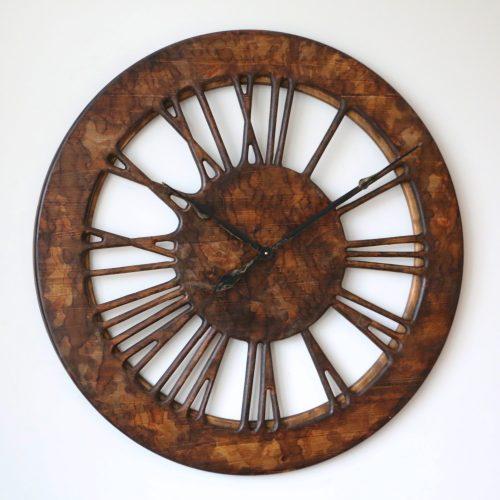 Drewniany zegar ścienny w stylu vintage, lewa strona