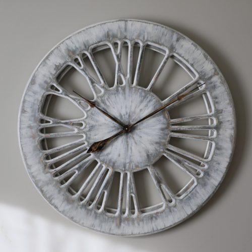 ozdobny biały zegar ścienny