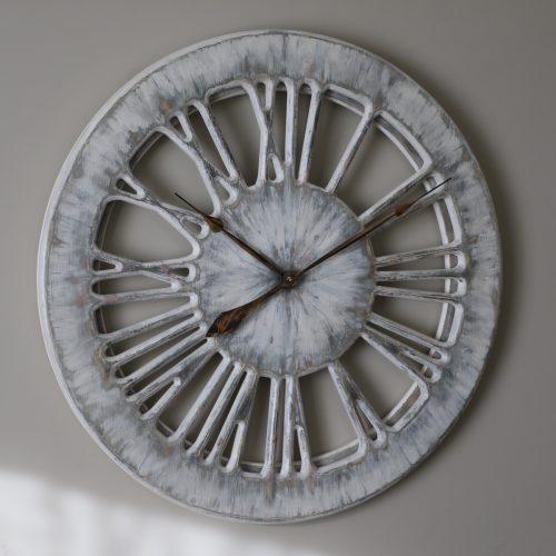 Biały zegar ścienny z cyframi rzymskimi